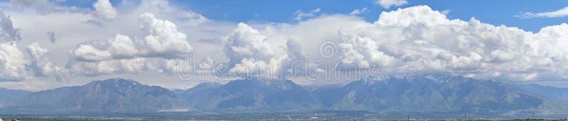 Panoramautsikt av Wasatch Front Rocky Mountains, Great Salt Lake dal i tidig vår med smältande snö och Cloudscape royaltyfria foton