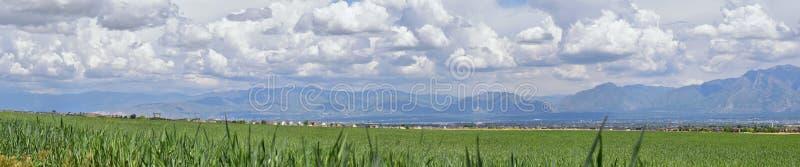 Panoramautsikt av Wasatch Front Rocky Mountains, Great Salt Lake dal i tidig vår med smältande snö och Cloudscape royaltyfri fotografi