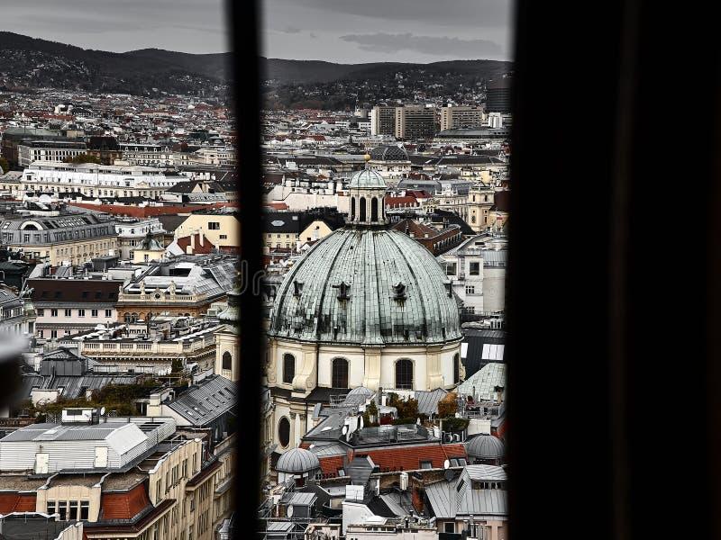 Panoramautsikt av Wien bak ett fönster royaltyfri bild