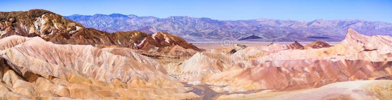 Panoramautsikt av zabriskiepunkt i den Death Valley nationalparken, Kalifornien royaltyfria foton