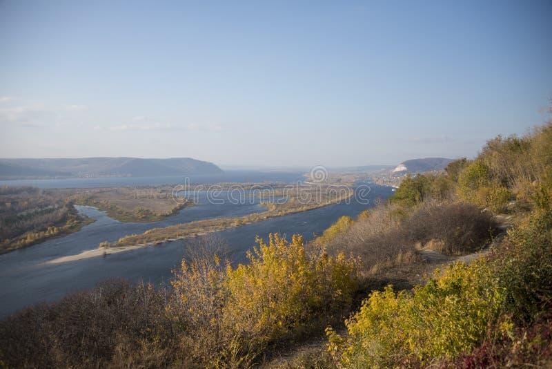 Panoramautsikt av Zhiguli berg och Volga River nära samaraen royaltyfri fotografi
