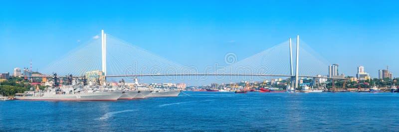 Panoramautsikt av Zolotoy Rog Bay och den Zolotoy bron av det avlägset - östlig huvudstad av Ryssland Vladivostok som in lokalise royaltyfri fotografi
