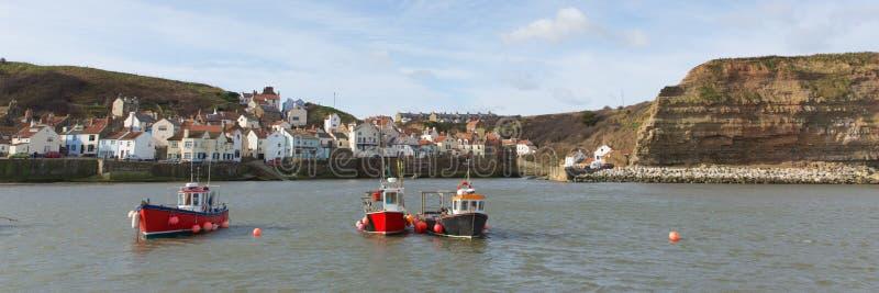 Panoramautsikt för destination för för Staithes Yorkshire England sjösidaby och turist arkivbilder