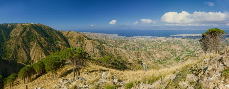 Panoramautsikt från Aspromonte i Calabria på Messina och Etna t royaltyfri bild