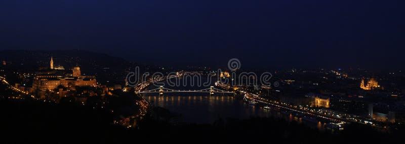 Panoramautsikt från den Géllert kullen på solnedgången i den Budapest Ungern royaltyfri bild