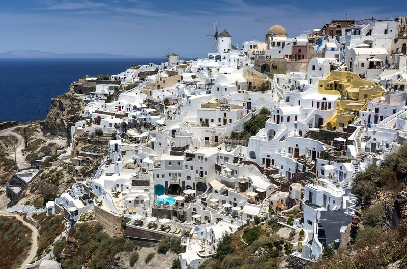 Panoramautsikt från den Oia byn med väderkvarnen på den Santorini ön, Grekland arkivfoton
