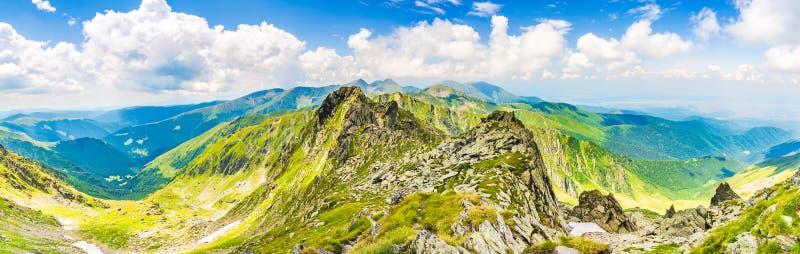 Panoramautsikt från det Negoiu maximumet, i Fagaras Carpathians berg, Rumänien fotografering för bildbyråer