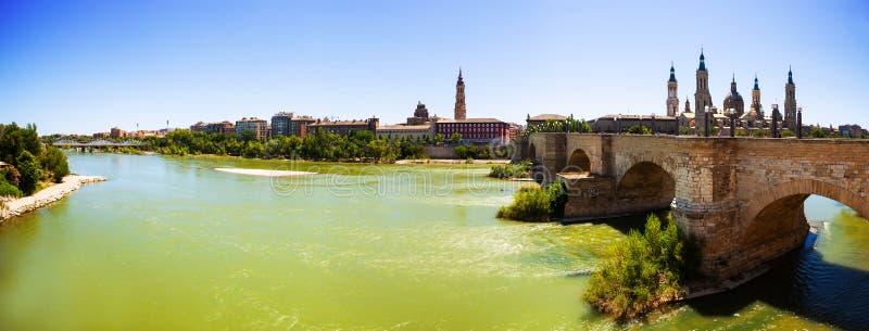 Panoramautsikt från Ebro River. Zaragoza royaltyfri foto