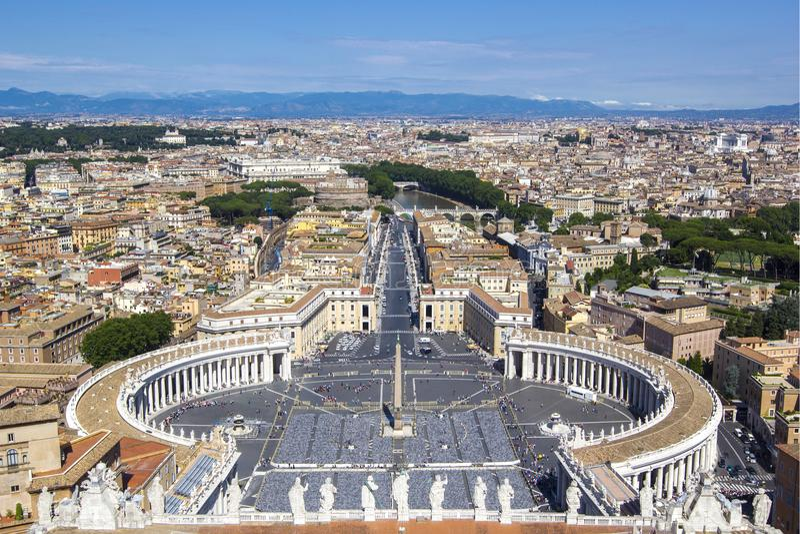 Panoramautsikt från luften till fyrkanten för St Peter ` s, Vatican City och Rome, den Tevere floden och berg på horisonten på en royaltyfri fotografi
