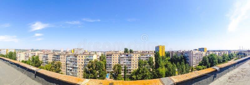 Panoramautsikt från taket av en höghushyreshus i ett bostadsområde Dnipro Ukraina arkivbild