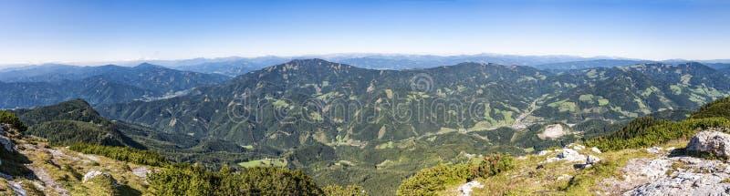 Panoramautsikt från toppmöte av berget Hochlantsch till berg R arkivbilder