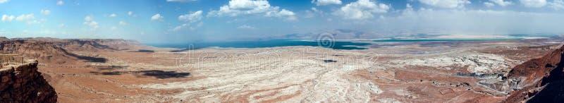 Panoramautsikt från väggarna av fästningen av Masada till den Judean öknen och det döda havet i Israel royaltyfri fotografi