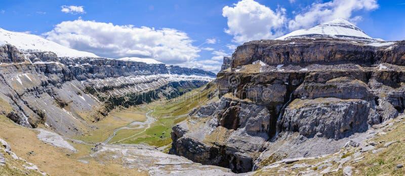 Panoramautsikt i den Ordesa dalen, Aragon, Spanien fotografering för bildbyråer