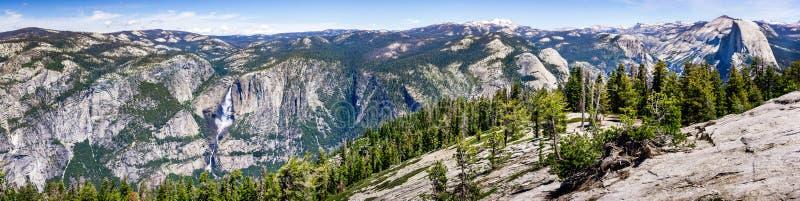 Panoramautsikt i den Yosemite nationalparken med Yosemite Falls på rätt- och halvakupolen på vänstersidan; snö täckte synliga max royaltyfri fotografi