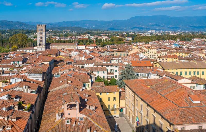 Panoramautsikt i Lucca med den San Frediano kyrkan italy tuscany arkivbild