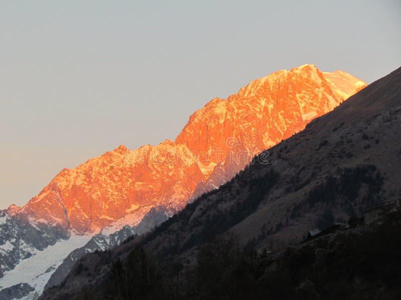 Panoramautsikt Mont Blanc för soluppgång för vinter för bergfjällängsnö royaltyfri bild