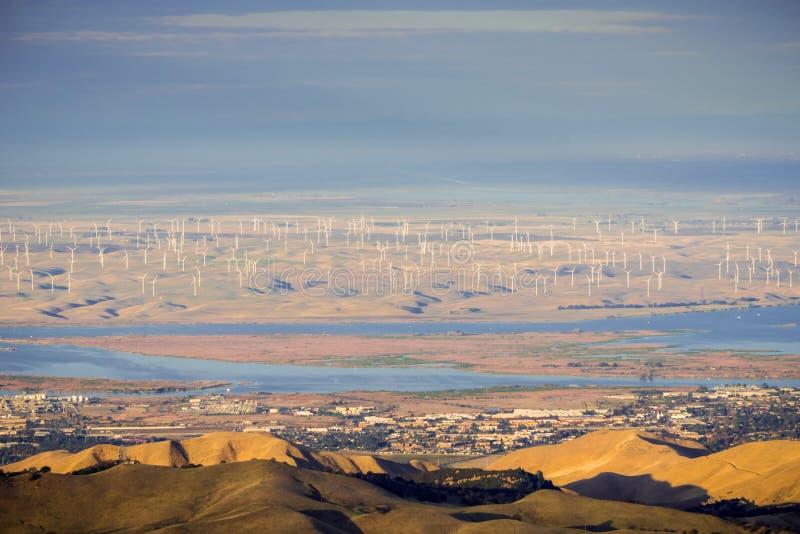 Panoramautsikt in mot San Joaquin River, Pittsburg och Antioch från toppmötet av Mt Diablo royaltyfria bilder