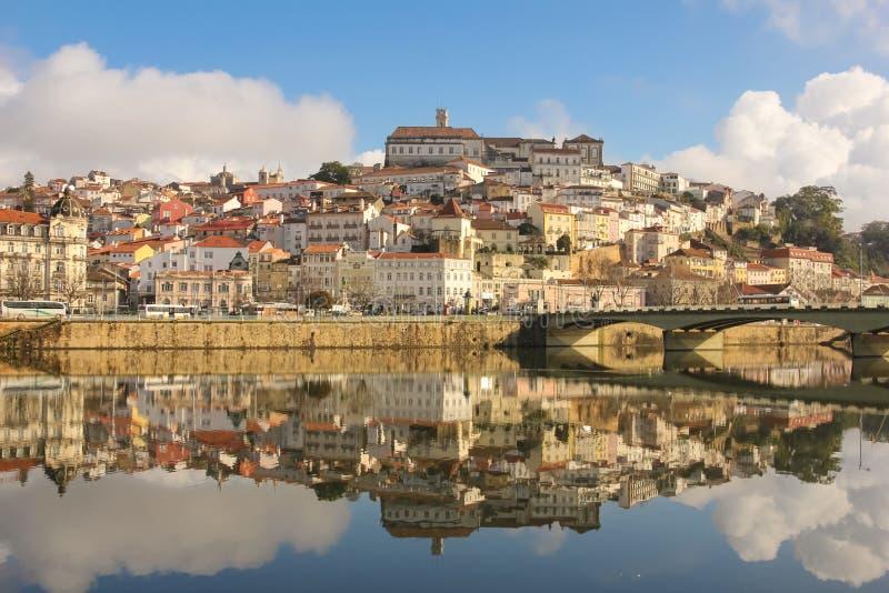Panoramautsikt- och Mondego flod Coimbra portugal royaltyfri foto