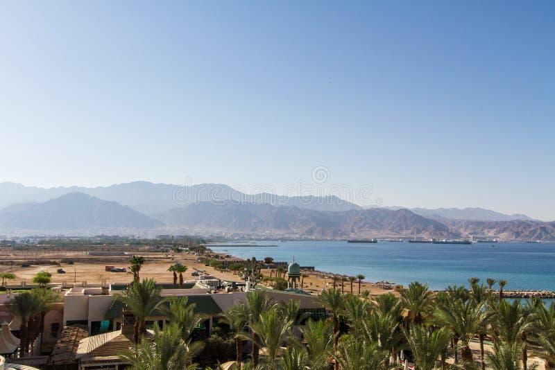 Panoramautsikt på Aqaba från den centrala stranden av Eilat royaltyfria bilder