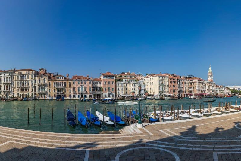 Panoramautsikt på bryggan med gondoler på en Grand Canal i Venedig, Italien royaltyfria bilder