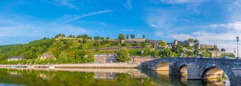 Panoramautsikt på citadellen med den gamla bron över Meuse River i Namur - Belgien fotografering för bildbyråer