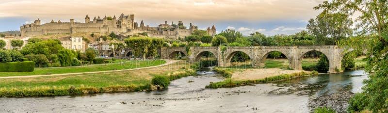 Panoramautsikt på den gamla staden av Carcassonne med den gamla bron över L Aude flod - Frankrike arkivbilder