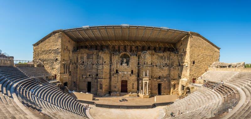 Panoramautsikt på den romerska teatern i apelsinen - Frankrike arkivbild