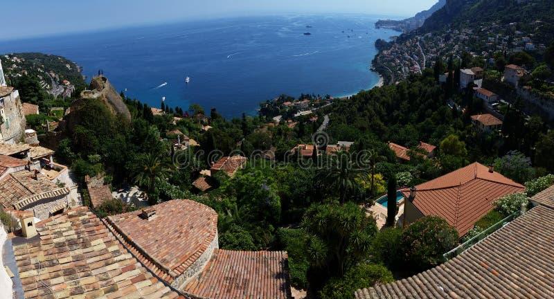 Panoramautsikt på den Roquebrune locksvalan, Azur kust, Frankrike arkivbilder
