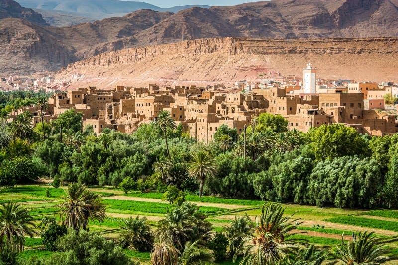 Panoramautsikt på den Tinghir - Tinerhir staden i Marocko Tinghir är en oas på den Todra floden royaltyfri foto