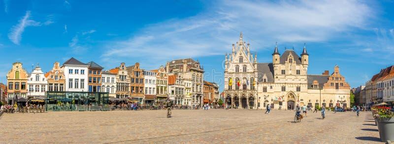 Panoramautsikt på det Grote Markt stället med stadshuset i Mechelen - Belgien arkivfoto