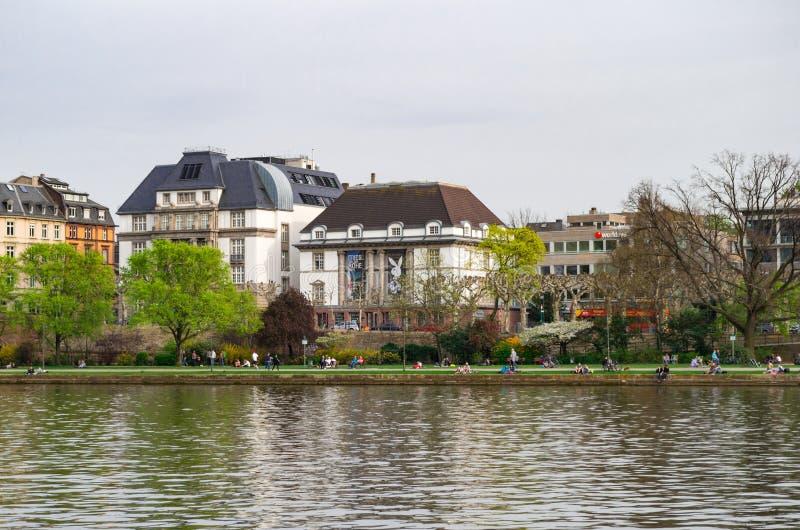 Panoramautsikt på det tyska arkitekturmuseet och filmmuseet som lokaliseras på flodstranden Frankfurt Tyskland - April 1st 2014 fotografering för bildbyråer