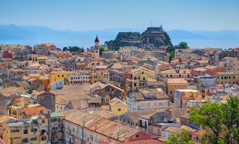 Panoramautsikt på för husbyggnader för klassisk grek gammal arkitektur av Grekland Korfu öhuvudstad Kerkyra Grekland semestrar va arkivfoton