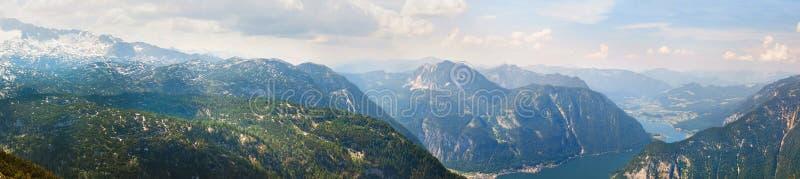 Panoramautsikt på fjällängar och sjön Hallstattersee från den Krippenstein platån i österrikiska fjällängar arkivbilder