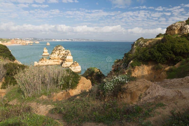 Panoramautsikt på härliga havsgrottaklippor av den atlantiska kustlinjen i Portugal arkivbilder