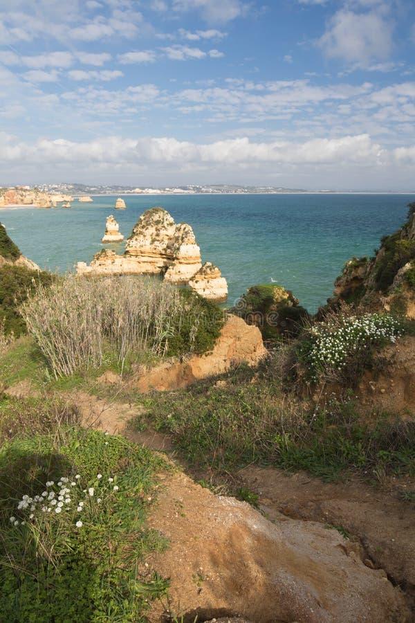 Panoramautsikt på härliga havsgrottaklippor av den atlantiska kustlinjen i Portugal royaltyfri foto