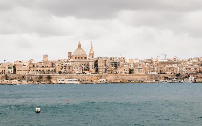 Panoramautsikt på horisonten av historiska Valletta under en stormig dag arkivbild