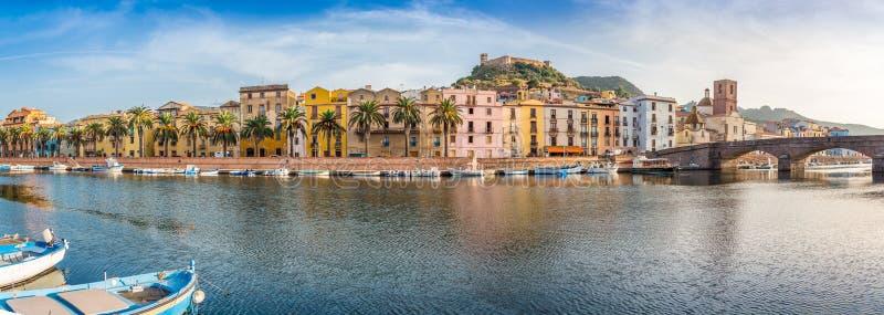 Panoramautsikt på invallningen av Bosa i Sardinia arkivfoton