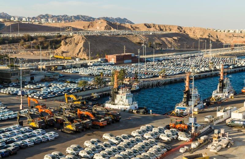 Panoramautsikt på lastport och nya bilar som är till salu i Eilat, Israel arkivbild