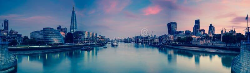 Panoramautsikt på London och Themsen på skymning, från tornet Brid arkivbild
