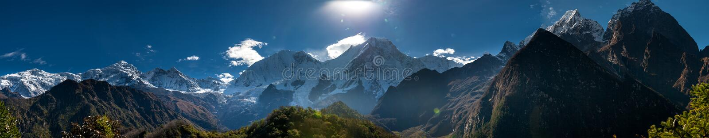 Panoramautsikt på Manaslu bergskedja i Nepal royaltyfria foton