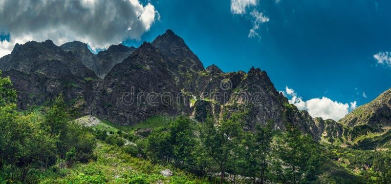 Panoramautsikt på maxima av de steniga bergen arkivfoto
