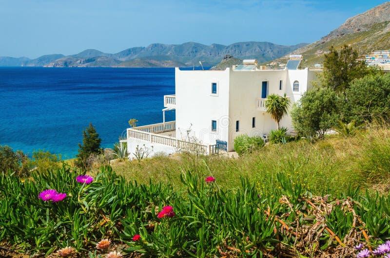 Panoramautsikt på mysiga lägenheter längs stranden royaltyfria foton