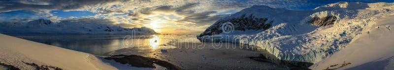 Panoramautsikt på Neko Harbour på solnedgången, Antarktis arkivbilder