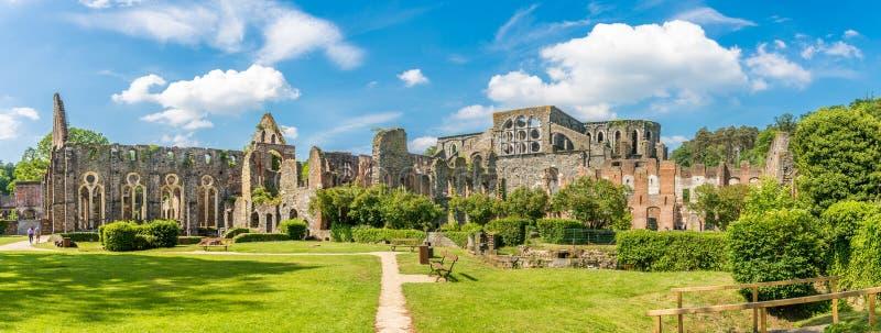 Panoramautsikt på ruisna av abbotskloster i Villers la Ville i Belgien arkivbilder