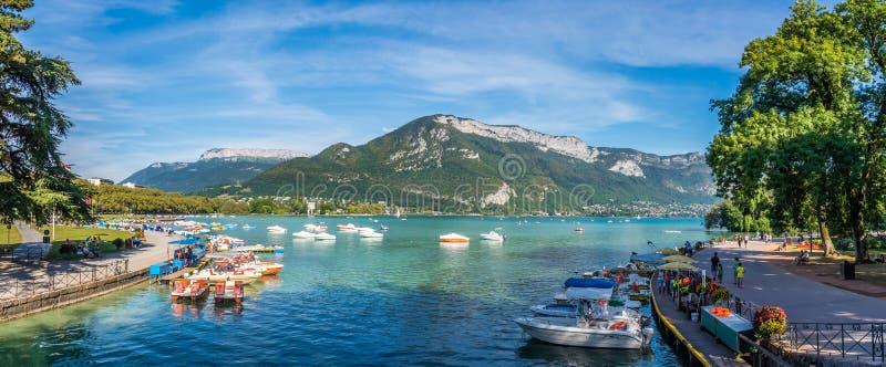 Panoramautsikt på sjön Annecy i Frankrike royaltyfria bilder