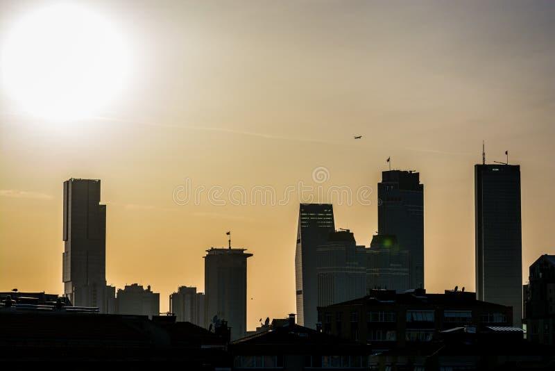 Panoramautsikt på skyskrapor i europeisk del av staden Istanbul, Turkiet i solnedgång arkivbilder