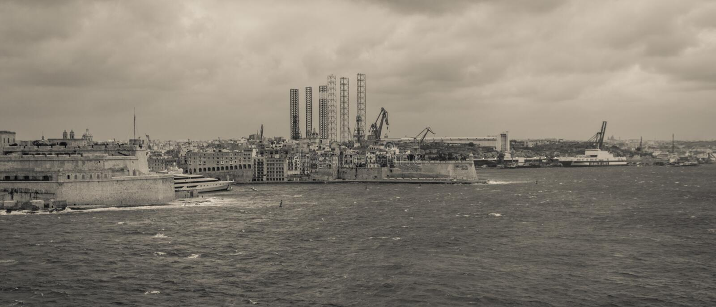 Panoramautsikt på storslagen hamn, Paola och komplexet för tung bransch fotografering för bildbyråer