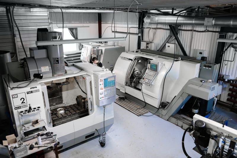 Panoramautsikt på tillverkningslätthet med CNC-drejbänkmaskiner Cnc-malningmaskin för att arbeta och att producera en metalldetal arkivfoton