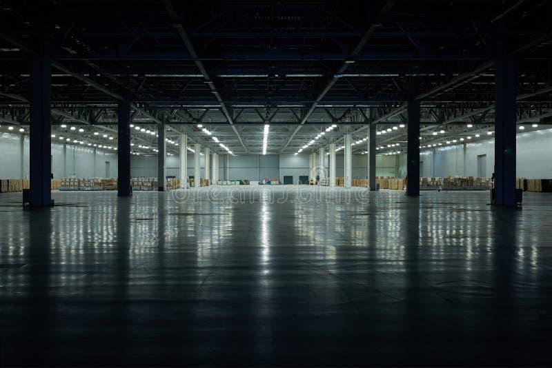 Panoramautsikt på tom paviljongkorridor under konstruktion, med mörkerframdelen och ljus på den tillbaka väggen, golvreflexion In fotografering för bildbyråer