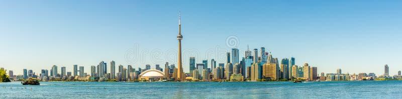 Panoramautsikt på Toronto som är i stadens centrum från Toronto öar på Ontario sjön i Kanada royaltyfri bild